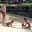 Alex O'Loughlin en famille sur une plage d'Honolulu, le 14 décembre 2013.