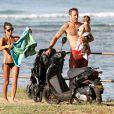 Alex O'Loughlin avec sa compagne Malia Jones et leur fils sur une plage d'Honolulu, le 14 décembre 2013.