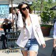 Kim Kardashian, ravissante shoppeuse à Los Angeles, le 21 avril 2014.