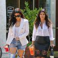 Kim et Kourtney Kardashian, ravissantes pour une après-midi shopping à Los Angeles. Le 21 avril 2014.