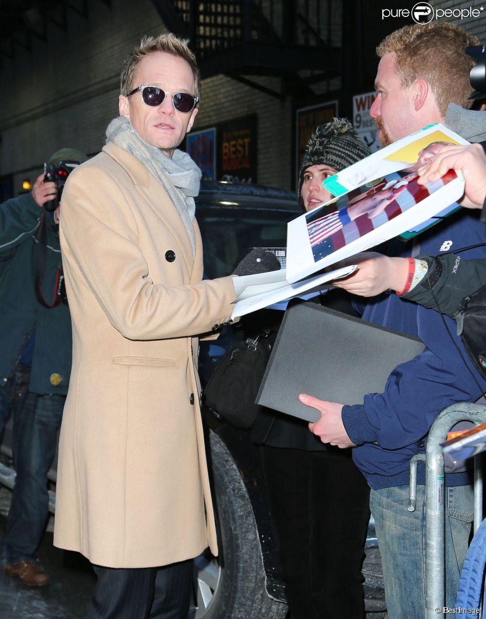 """Neil Patrick Harris arrive dans les studios de l'émission """"The Late Show with David Letterman"""" à New York. Le 17 février 2014."""