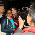 Carla Bruni enlace une fan. La chanteuse était accompagnée à son concert new-yorkais, donné sur la scène de The Town Hall, par son mari Nicolas Sarkozy et le fils de celui-ci, Louis Sarkozy, le 24 avril 2014.