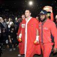 Vladimir Klitschko fait son entrée au côté de son coach Johnathon Banks avant son combat face à Alex Leapai à Oberhausen, le 26 avril 2014 pour le championnat du monde des lourds WBA-IBF-WBO