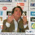 Bernard Tapie lors de sa première conférence de presse après son retour à l'OM, en 2001