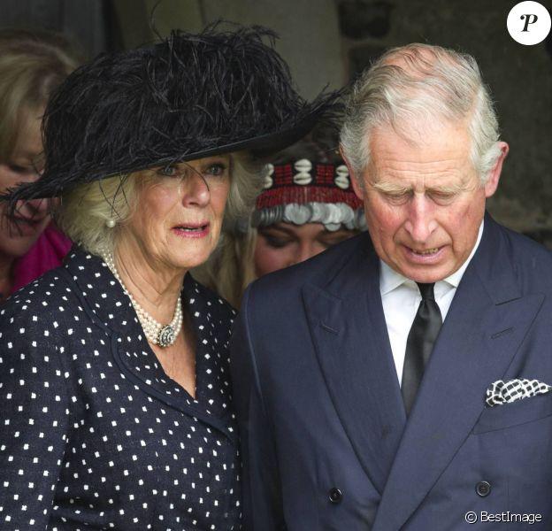 Camilla Parker Bowles en larmes et soutenue par son mari le prince Charles aux obsèques de son frère Mark Shand, à Stourpaine dans le Dorset (Angleterre) le 1er mai 2014. Fervent amoureux de la nature et des éléphants, fondateur de The Elephant Family, Mark Shand est mort à 62 ans le 23 avril 2014, victime d'une mauvaise chute à New York.