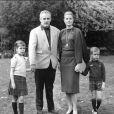 Photo de famille du prince Rainier et Grace de Monaco en 1964