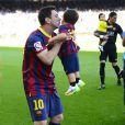 Lionel Messi embrasse son fils Thiago dans le stade du FC Barcelone avant le coup d'envoi du match contre Getafe à Barcelone en Espagne le 3 mai 2014, jour de la fête des Mères.