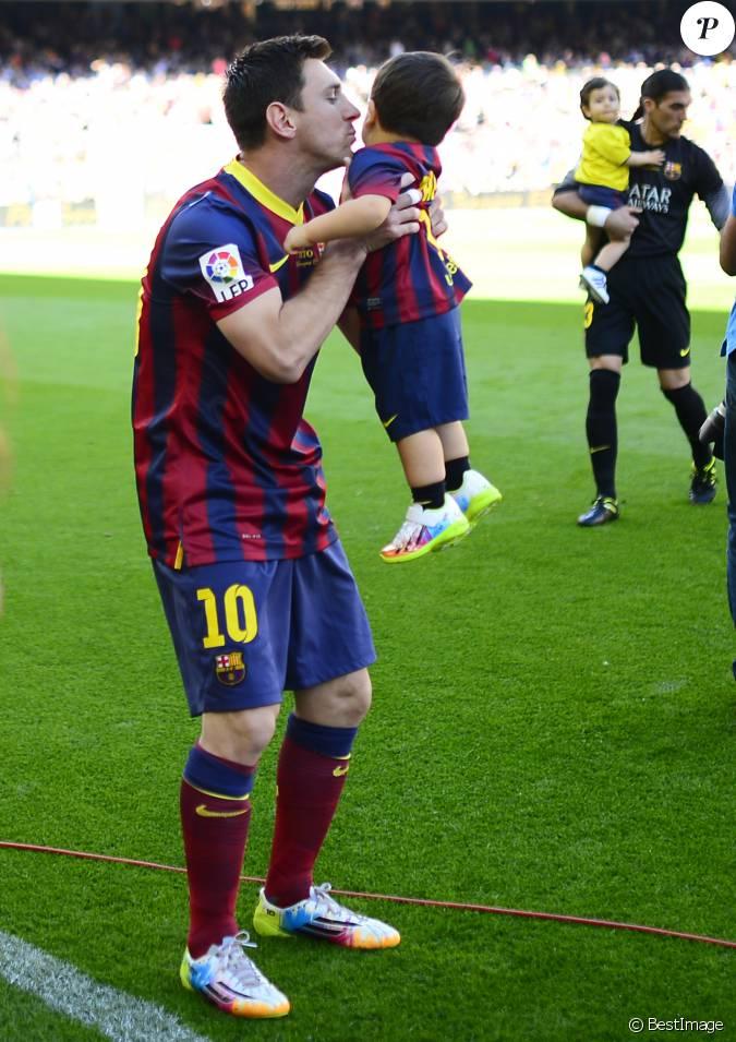 Lionel Messi embrasse son fils Thiago dans le stade du FC Barcelone