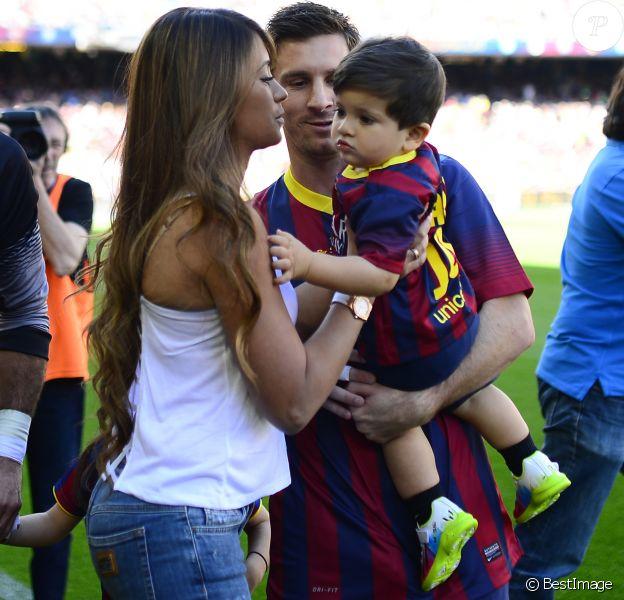 Lionel Messi avec sa compagne Antonella Roccuzzo et leur fils Thiago dans le stade du FC Barcelone avant le coup d'envoi du match contre Getafe à Barcelone en Espagne le 3 mai 2014, jour de la fête des Mères.