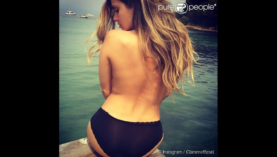 Clara Morgane, toujours aussi sexy, profite du beau temps à Juan-les-Pins. Mai 2014.