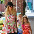 Tori Spelling avec ses enfants Stella et Liam dans les rues du quartier de Encino, le 11 mai 2014.