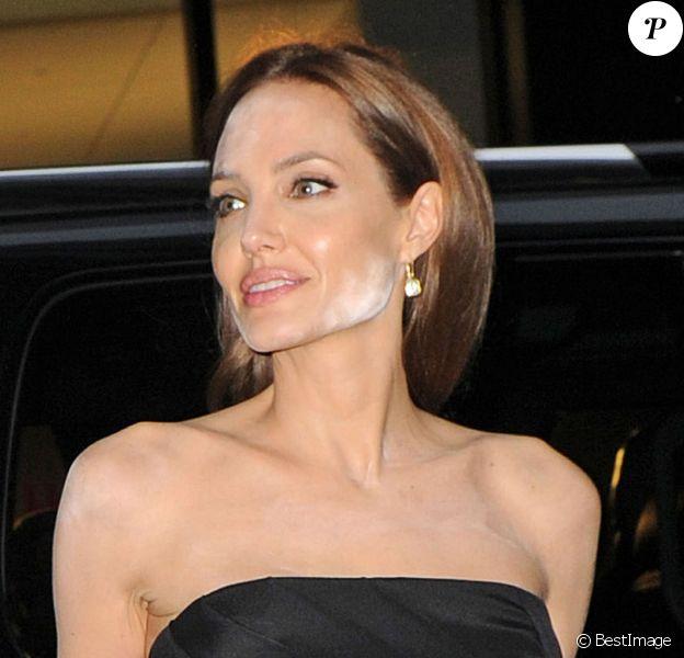 Angelina Jolie est arrivée avec Brad Pitt pour l'avant-première du téléfilm dont il est le producteur, The Normal Heart, à New York le 12 mai 2014. Cependant, l'actrice révèle des traces de poudre blanche sur son visage...
