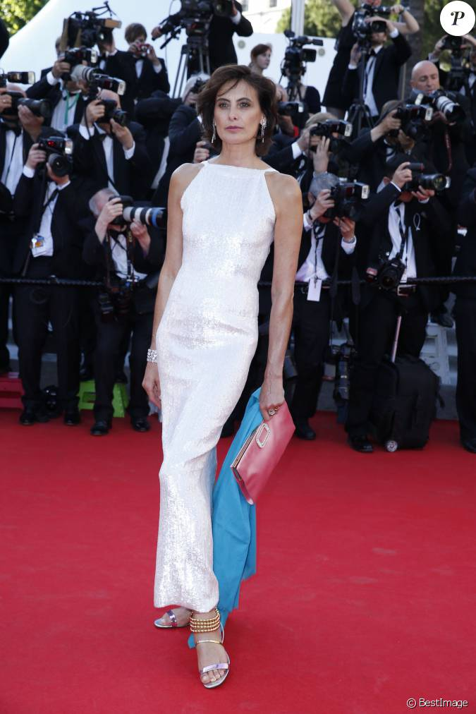 In s de la fressange ravissante en robe blanche chanel for Robes blanches simples pour le mariage de palais de justice