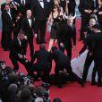 America Ferrara victime d'une attaque, frayeur et mêlée sur le tapis rouge ! Le 16 mai 2014 au Festival de Cannes, lors de la montée des marches pour Dragons 2, un journaliste ukrainien de 26 ans, déjà connu des services de police pour toucher des stars, a fait irruption pour saisir les chevilles d'America Ferrera, au nez et à la barbe des agents de sécurité, qui l'ont ensuite évacué sans ménagement.