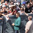 Robert Pattinson signe des autographes à ses fans lors du 67e Festival du film de Cannes, le 18 mai 2014.