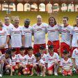 Le prince Albert de Monaco entouré de son équipe, parmi laquelle David Ginola et José Cobos, lors du World Stars Football Match entre la Star Team Monte Carlo et la F1 Driver Team, au stade Louis II de Monaco, le 20 mai 2014