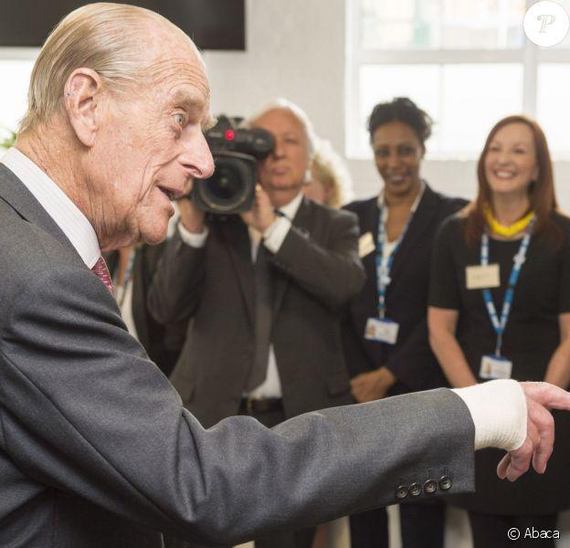 Le duc d'Edimbourg, époux de la reine Elizabeth II, en visite le 21 mai 2014 au Centre Margaret Pyke, à Londres. Le prince consort porte un bandage à la main droite, en raison d'une opération subie la veille à Buckingham Palace.
