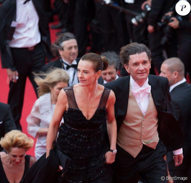 """Carole Bouquet et son compagnon Philippe Sereys de Rothschild - Montée des marches du film """"The Search"""" lors du 67e Festival du film de Cannes le 21 mai 2014"""