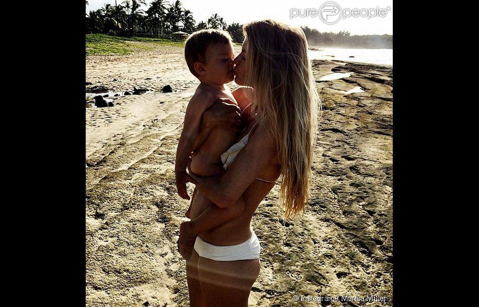Marisa Miller et son fils Gavin (1 an) s'embrassent sur une plage d'Hawaï. Mai 2014.