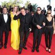 """Lawrence Bender, Uma Thurman, Quentin Tarantino dansant, John Travolta et sa femme Kelly Preston - Montée des marches du film """"Sils Maria"""" lors du 67e Festival du film de Cannes le 23 mai 2014."""