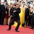 """Quentin Tarantino danse pour les 20 ans de Pulp Fiction à la montée des marches du film """"Sils Maria"""" lors du 67e Festival du film de Cannes le 23 mai 2014."""