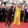 """Quentin Tarantino danse avec Uma Thurman pour les 20 ans de Pulp Fiction à la montée des marches du film """"Sils Maria"""" lors du 67e Festival du film de Cannes le 23 mai 2014."""