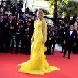 Uma Thurman en Atelier Versace à la montée des marches pour fêter les 20 ans de Pulp Fiction lors du 67e Festival du film de Cannes le 23 mai 2014.