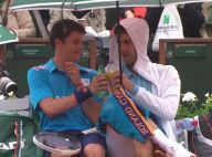 Novak Djokovic : Nouveau show du Serbe, qui trinque en plein match !