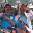 Novak Djokovic et son ramasseur partage un verre lors du second jour des internationaux de France, à Roland-Garros, le 26 mai 2014
