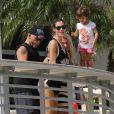 Eros Ramazzotti avec sa petite amie Marica Pellegrinelli et leur fille Raffaela à Miami. Le 25 octobre 2013.
