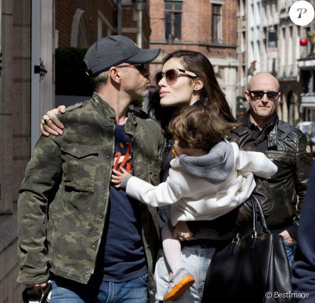 Exclusif - Eros Ramazzotti, sa compagne Marica Pellegrinelli et leur fille Raffaella Maria de passage à Bruxelles en Belgique, le 18 avril 2013.