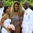 """""""Serena Williams prend la pose avec un couple de mariés, sur une plage à Miami, le 31 mai 2014."""""""
