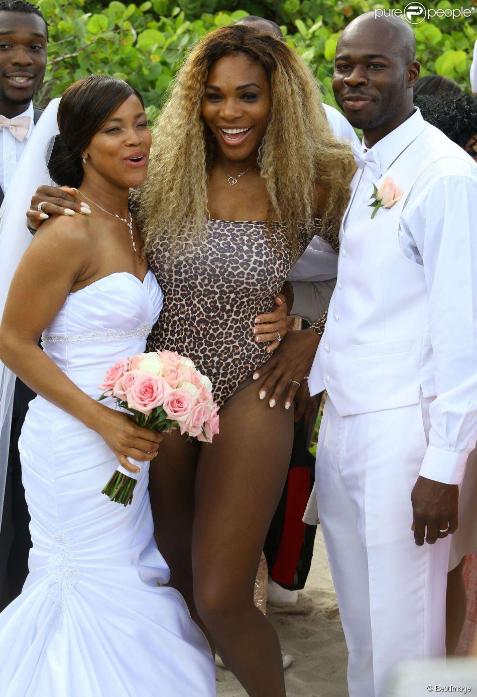 Serena Williams prend la pose avec un couple de mariés, sur une plage à Miami, le 31 mai 2014.