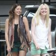 Elizabeth Olsen et Dakota Fanning sur le tournage de Very Good Girls à New York en juillet 2012.