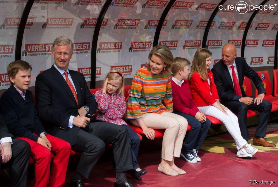 philippe et mathilde de belgique avec leurs enfants de vrais diables rouges purepeople. Black Bedroom Furniture Sets. Home Design Ideas