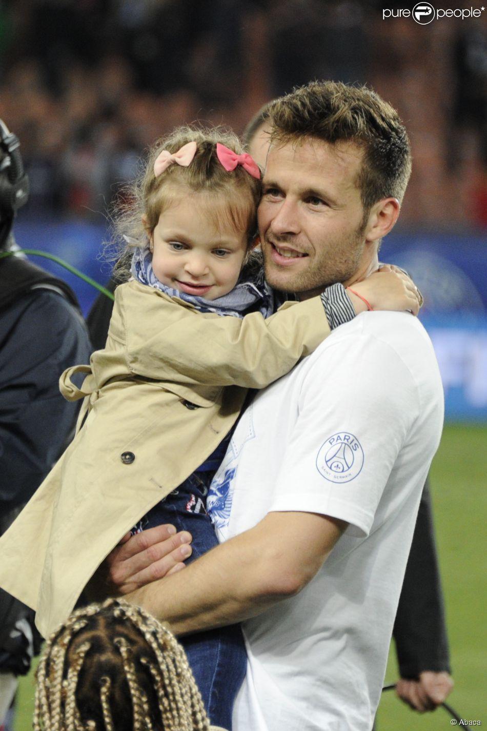 Yohan Cabaye et sa fille Myla, le 7 mai 2014 lors de la célébration du titre au Parc des Princes à Paris