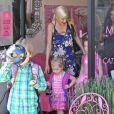 Tori Spelling et ses enfants Liam et Stella passent la journée au Spa à Encino, le 8 juin 2014.
