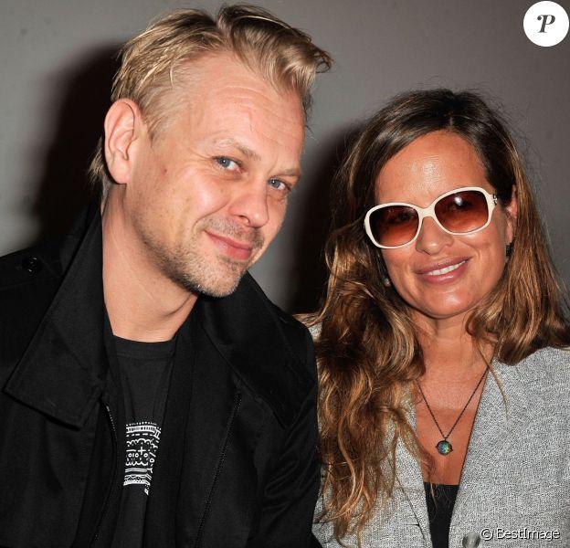 """Jade Jagger (enceinte) et son mari Adrian Fillary au défilé de mode """"Agnès b"""" à Paris. Le 4 mars 2014."""