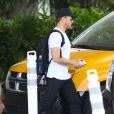 Ryan Phillippe attend un taxi davant son hôtel à Miami le 11 juin 2014.