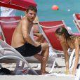 Ryan Phillippe et sa chérie Paulina Slagter profitent de la plage à Miami, le 9 juin 2014.