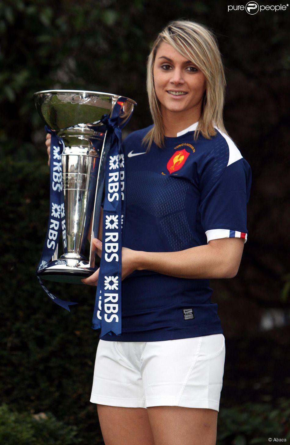 Marie-Alice Yahé, capitaine de l'équipe de France, avec le trophée du Tournoi des Six Nations au Hurlingham Club de Londres, le 26 janvier 2011
