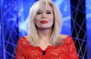 Amanda Lear : Chic et sobre pour le clip de ''What Now My Love''