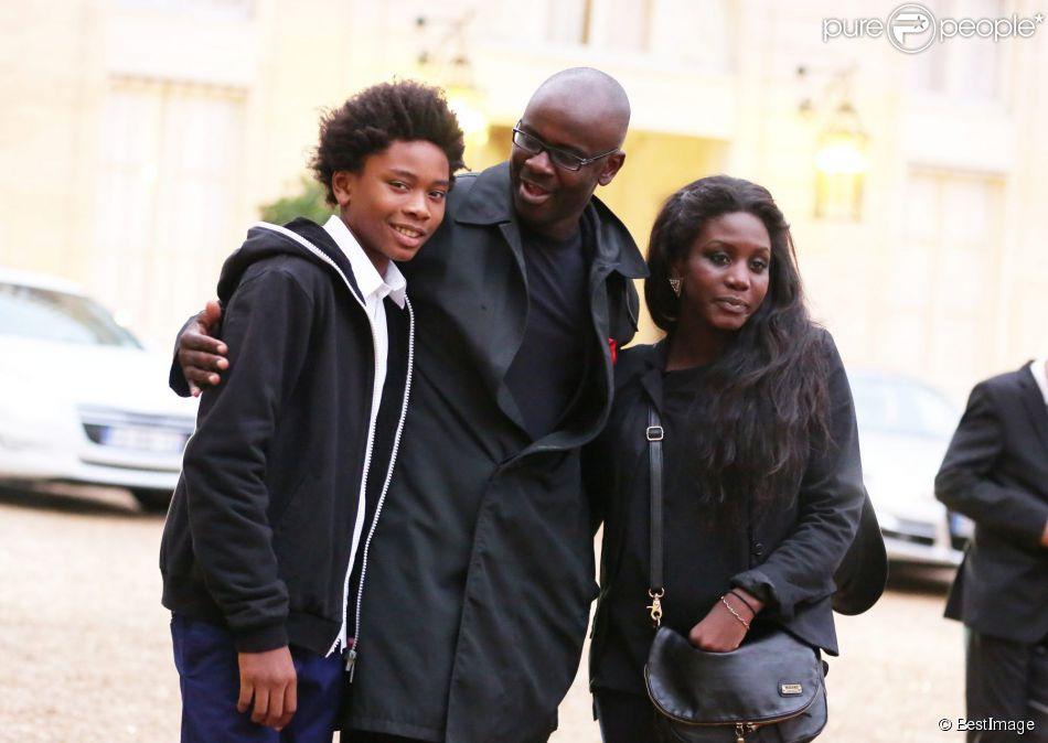 Lilian Thuram et son fils Khephren après avoir été élevé au grade d'Officier de la Légion d'honneur par le président de la République François Hollande au palais de l'Elysée à Paris le 17 septembre 2013