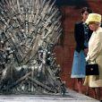 """Elizabeth II devant le fameux Trône de Fer de la série """"Game of Thrones"""". Visite dans les décors de la série aux Titanic Studios à Belfast, le 24 juin 2014. (crédit : AP)"""