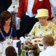 La reine Elizabeth II accueillie par la maire de Belfast, Nichola Mallon, à l'hôtel de ville, le 24 juin 2014.