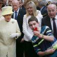 La reine Elizabeth fait un selfie devant le marché St. George à Belfast, le 24 juin 2014.