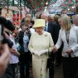 La reine Elizabeth visite le marché St. George à Belfast, le 24 juin 2014.
