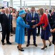 La reine Elisabeth II inaugure le nouveau terminal 2 de l'aéroport d'Heathrow à Londres, le 23 juin 2014.