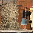 """Elizabeth II et le prince Philip devant le fameux Trône de Fer de la série """"Game of Thrones"""". Visite dans les décors de la série aux Titanic Studios à Belfast, le 24 juin 2014."""