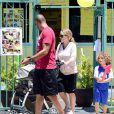 Kendra Wilkinson et Hank Baskett dans les rues de Los Angeles avec leurs enfants, le 21 juin 2014.